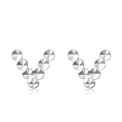 周大福个性V字母PT950铂金耳钉